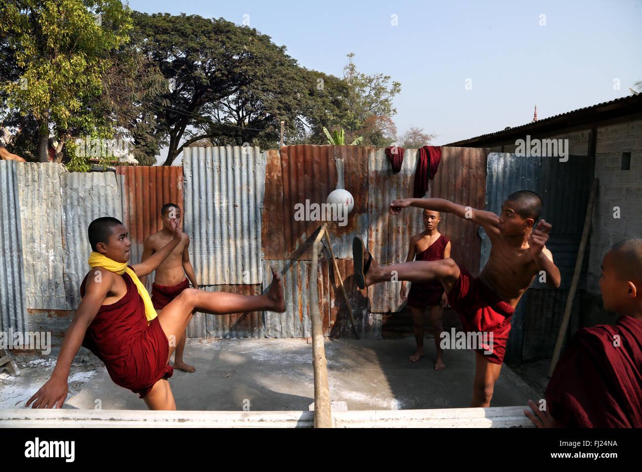 I monaci buddisti a giocare a calcio in monastero, di Nyaung Shwe, Myanmar Immagini Stock