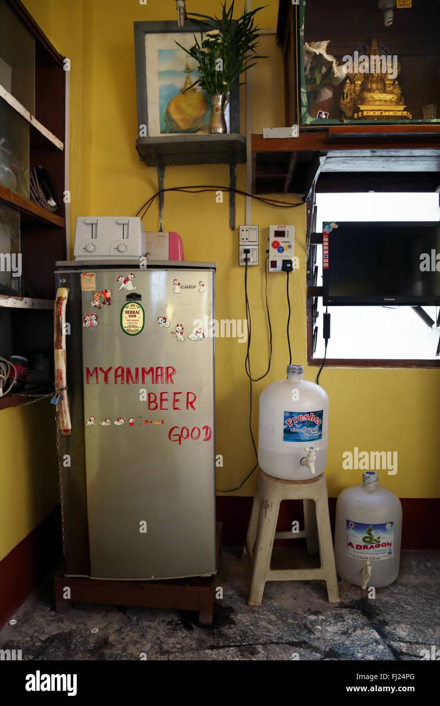 Il frigorifero in una casa a Rangoon, Myanmar Immagini Stock