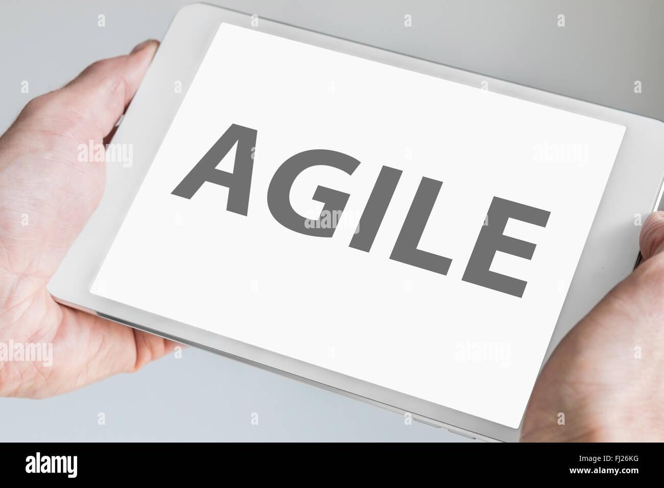 Agile il testo visualizzato sullo schermo a sfioramento della moderna tablet o smart device. Concetto di software Immagini Stock