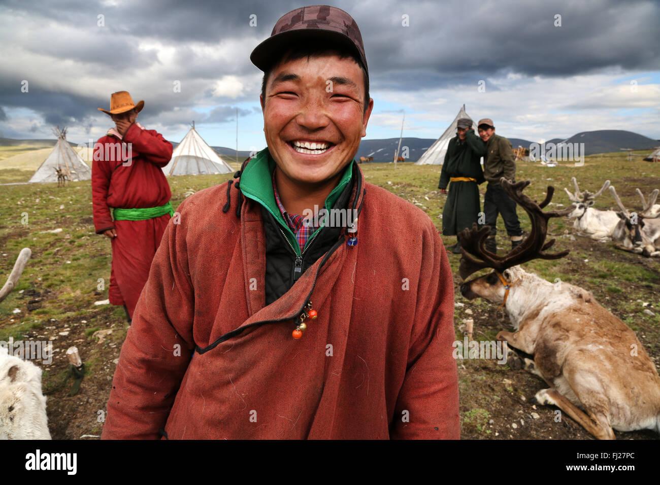 Gruppo di Tsaatan gli uomini , Tsaatan Dukha persone , nomadi allevatori di renne , Mongolia Immagini Stock