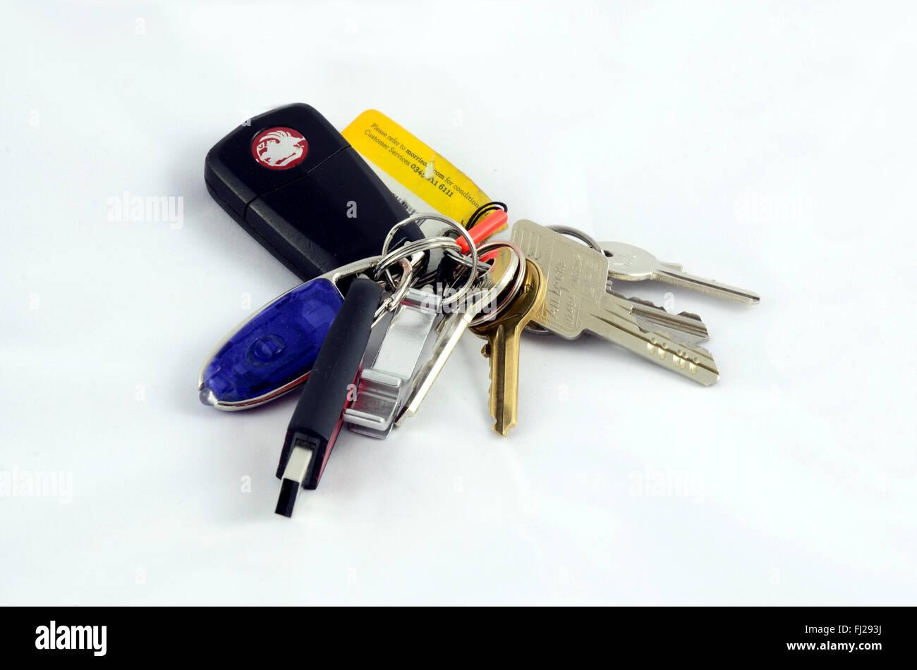 Un portachiavi con tasti, una torcia,un apribottiglie, una chiavetta USB e un negozio della carta fedeltà attaccato. Immagini Stock