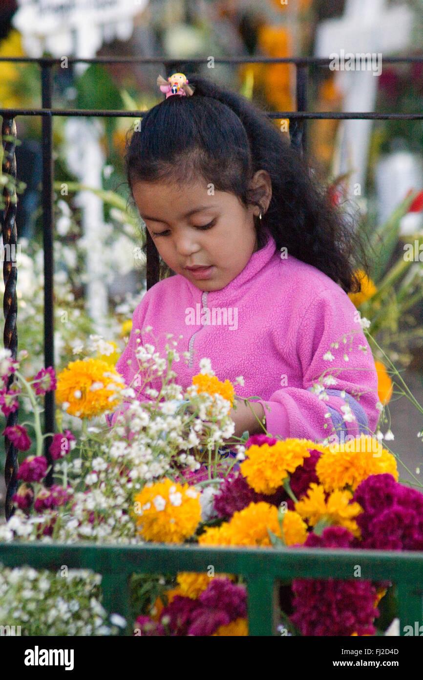 Una giovane ragazza messicana visiti un grave durante i morti dei morti - San Miguel De Allende, Messico Immagini Stock