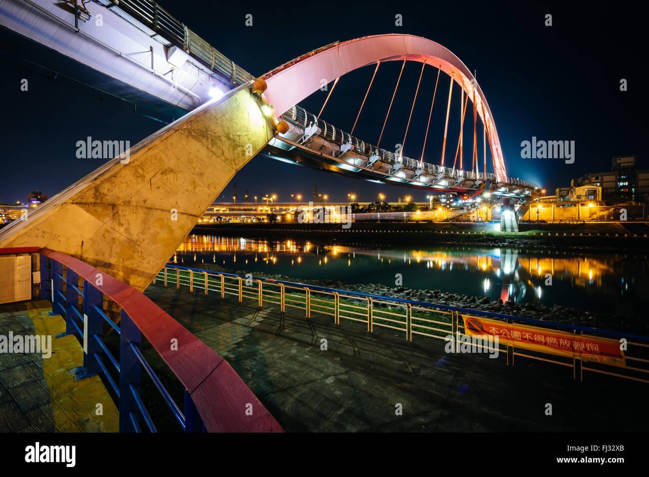 Il Ponte di Arcobaleno di notte, in Taipei, Taiwan. Immagini Stock