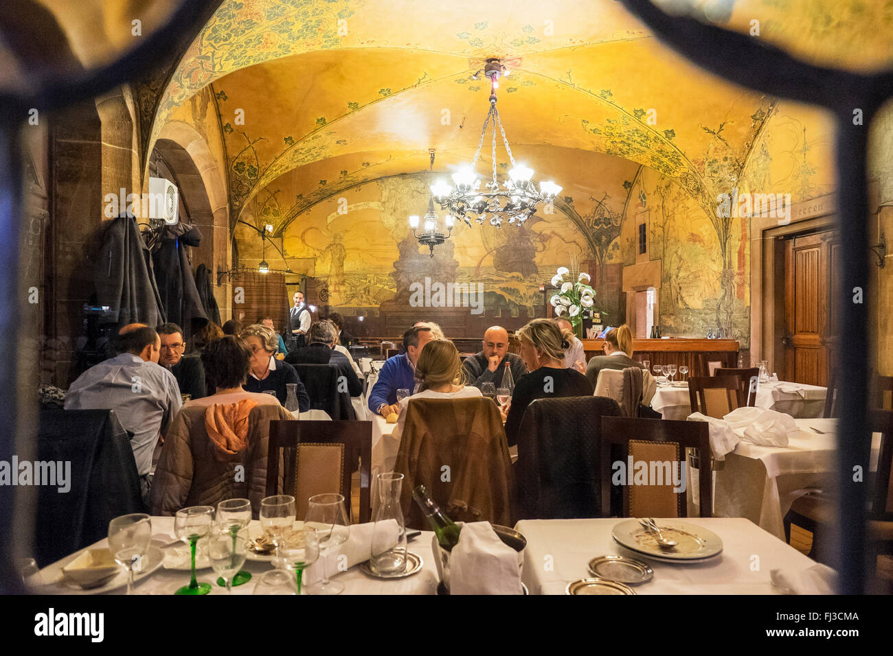 Ristorante sala da pranzo, Maison Kammerzell casa medioevale di notte, Strasburgo, Alsazia, Francia Europa Immagini Stock