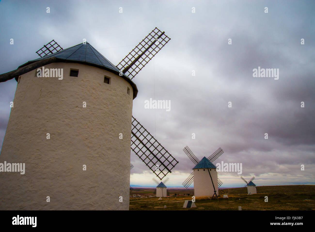 Mulini a vento e cielo nuvoloso. Campo de Criptana, Ciudad Real Provincia, Castilla La Mancha, in Spagna. Immagini Stock