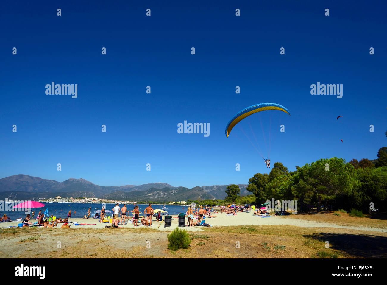 Di atterraggio di parapendio sulla spiaggia di Saint Florent, Francia, Corsica, Saint Florent Immagini Stock