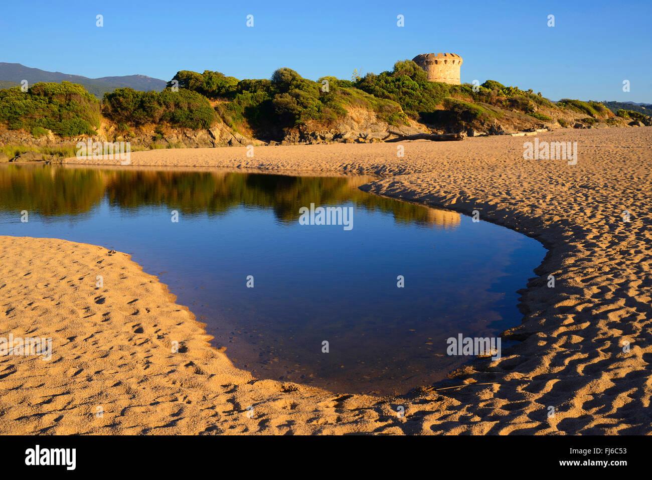 Torre genovese e laghetto Lac de Capitello vicino alla città di Ajaccio, a sud di Corisca isola, Francia, Corsica Immagini Stock