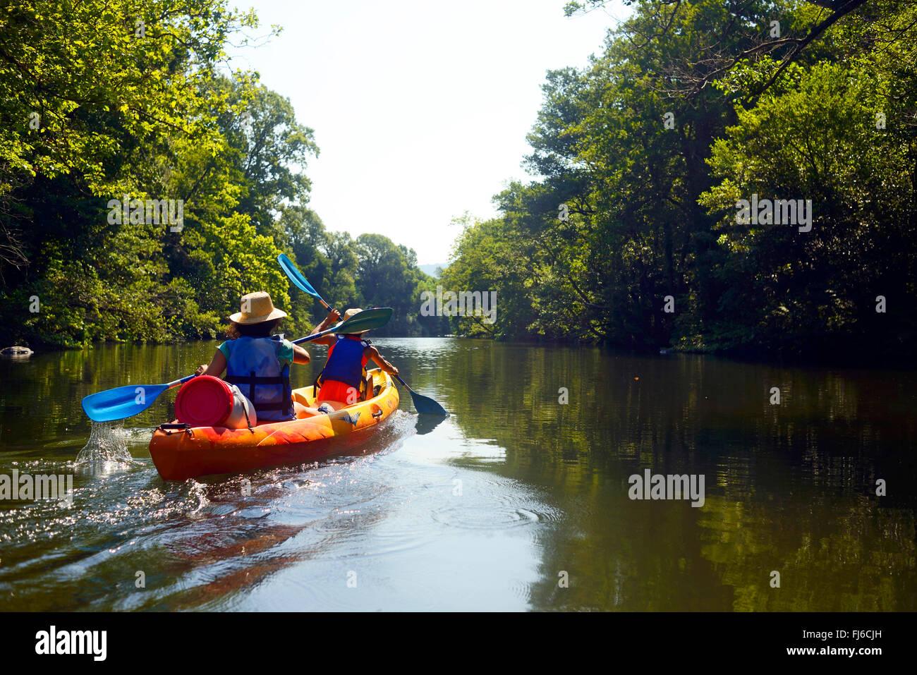 Due donne in canoa sul fiume Golo, Francia, Corsica, Bastia Immagini Stock