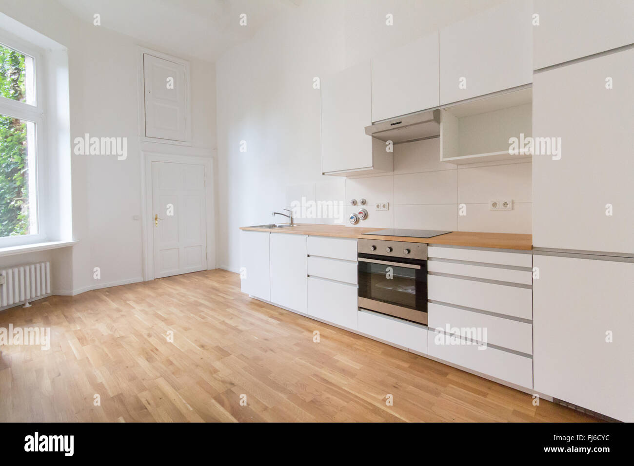 Nuova cucina, fresco appartamento rinnovato, moderna cucina bianca ...
