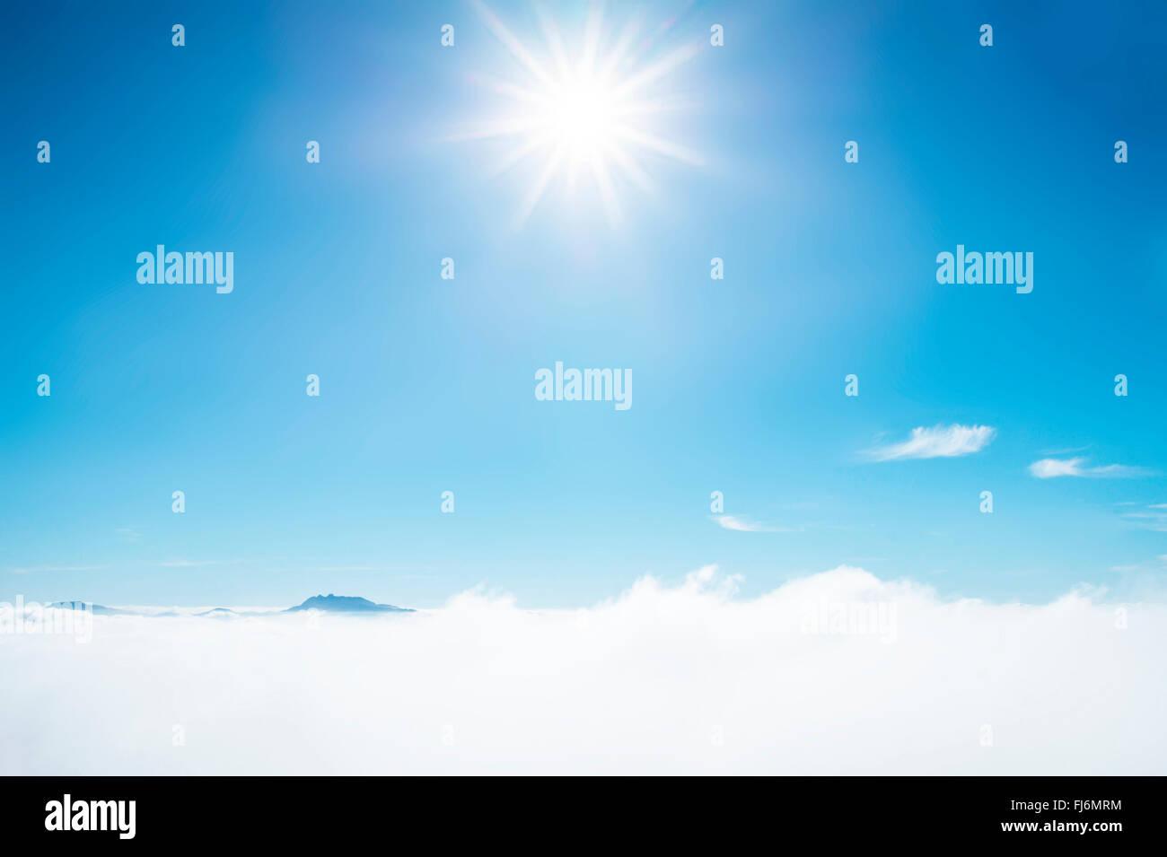 Raggi di sole splendente nel cielo azzurro. Blu cielo con strato di bianco delle nuvole nebuloso. Immagini Stock