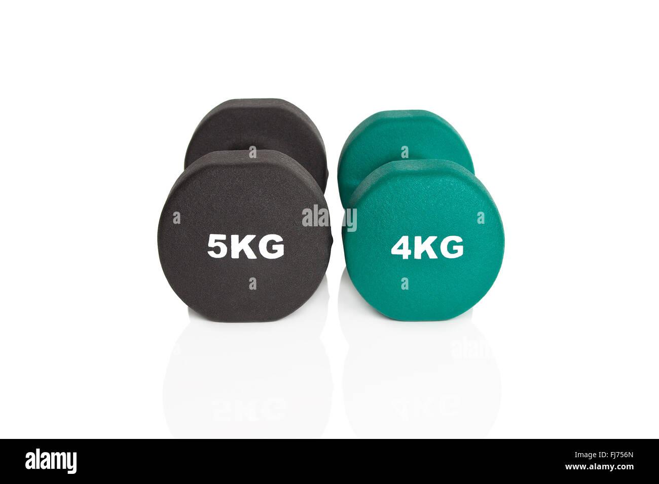 Verde 4kg e nero 5kg manubri isolati su sfondo bianco. I pesi per un allenamento di fitness. Immagini Stock