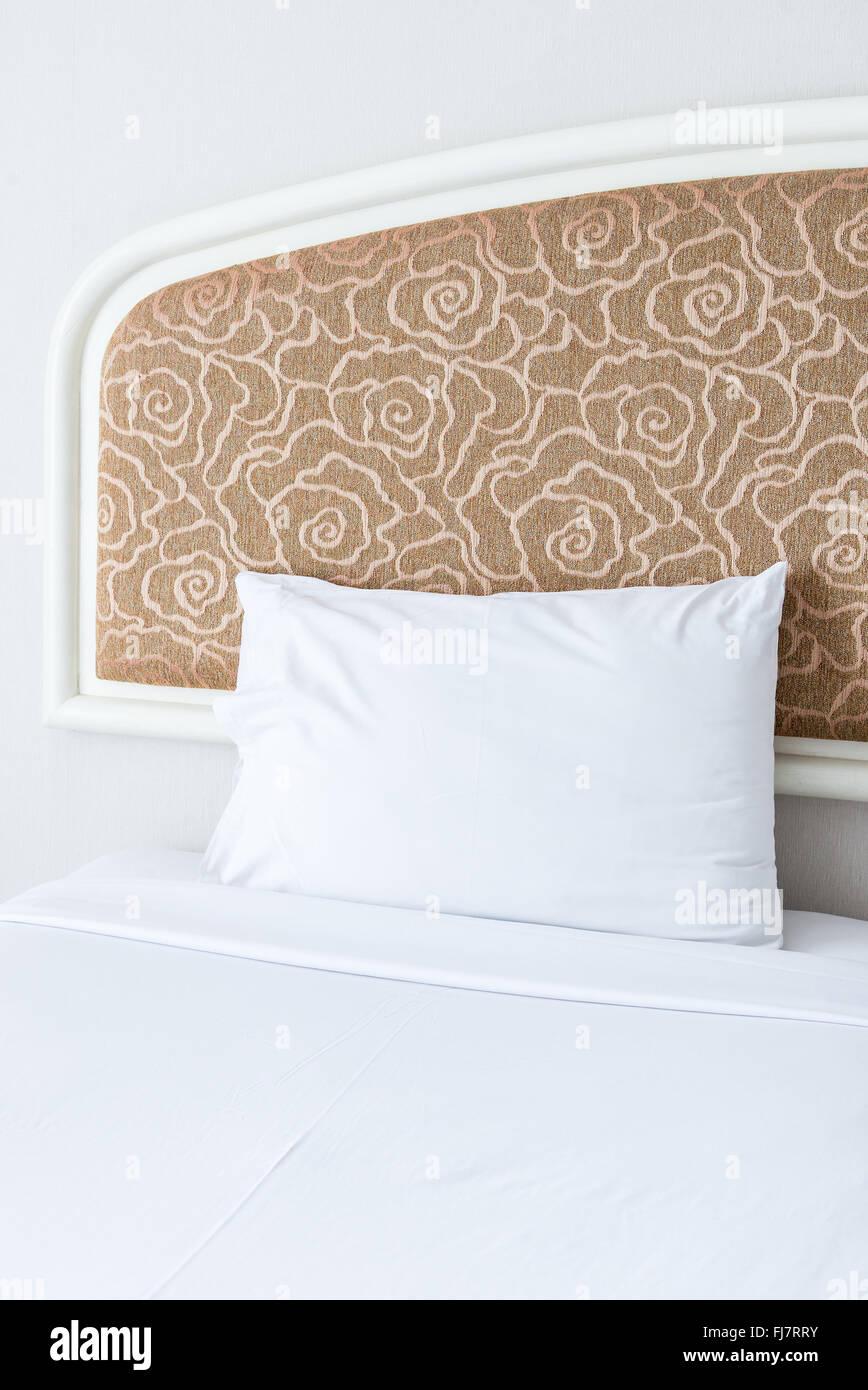 Morbido cuscino bianco sul letto di grandi dimensioni della ...