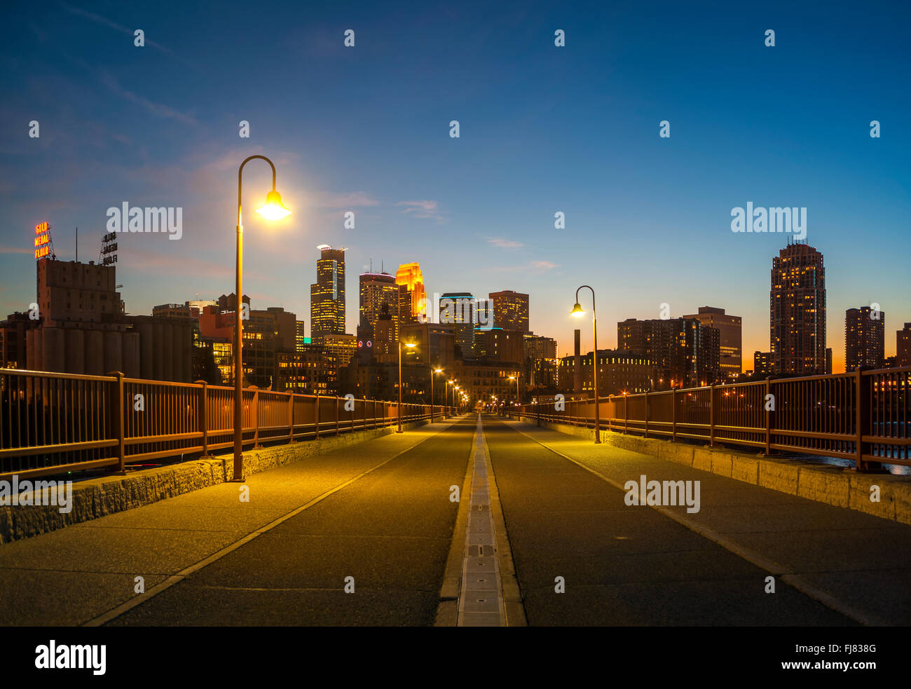 Minneapolis skyline del centro di notte dalla pietra il ponte di Arco. Minneapolis Minnesota. Foto Stock