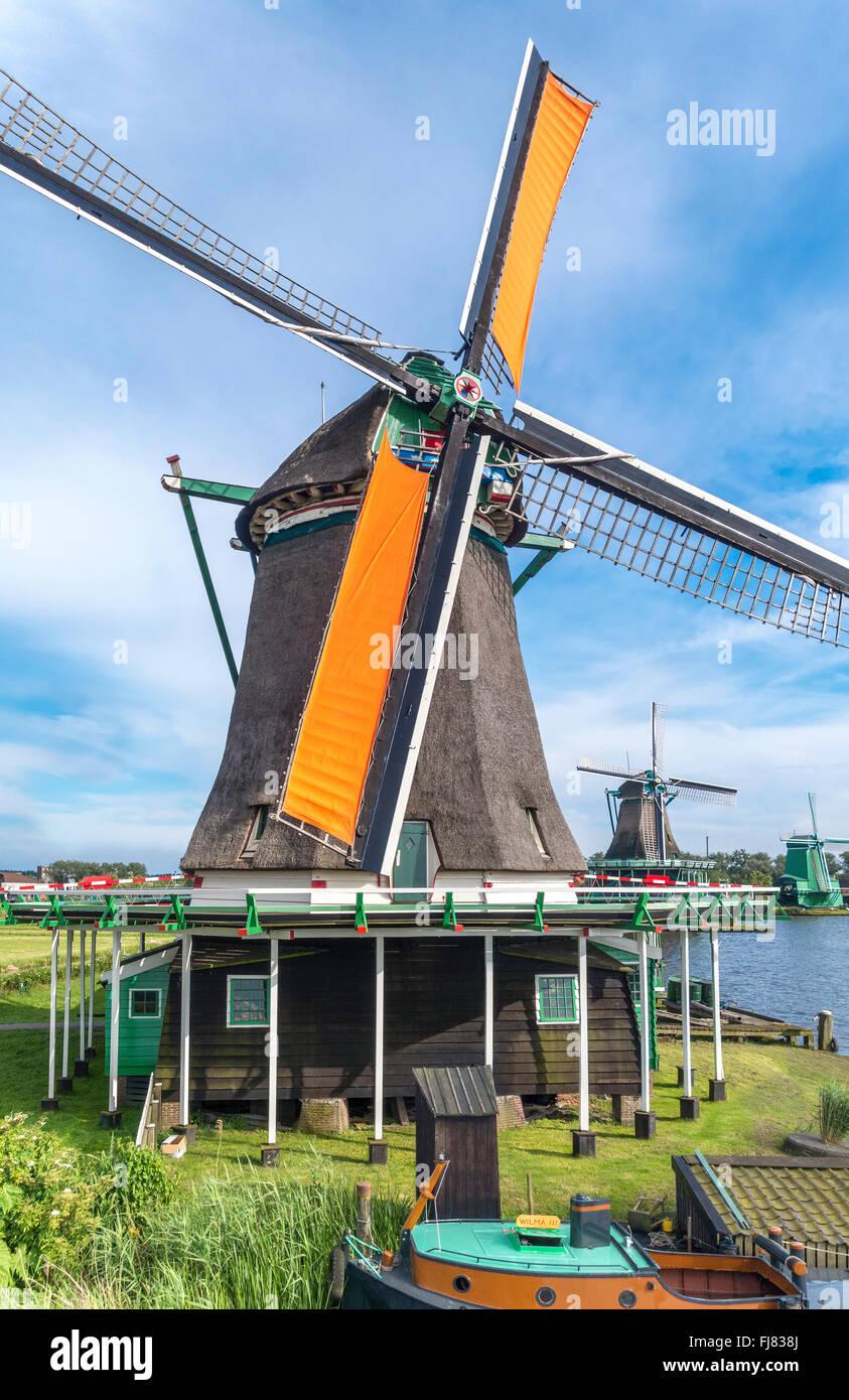 Holland mulini a vento a De Zaanse Schans. La filatura frantoio Mulino a vento. Lavoro olandese di vecchi mulini a vento lungo il fiume de Zaan. Foto Stock