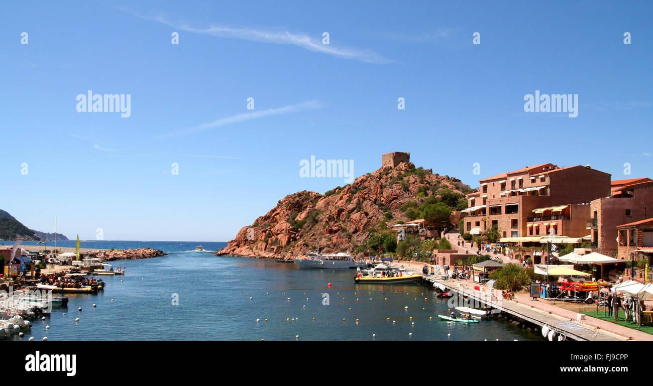 Il piccolo porto di Porto sul telecomando sulla costa occidentale della Corsica. Immagini Stock