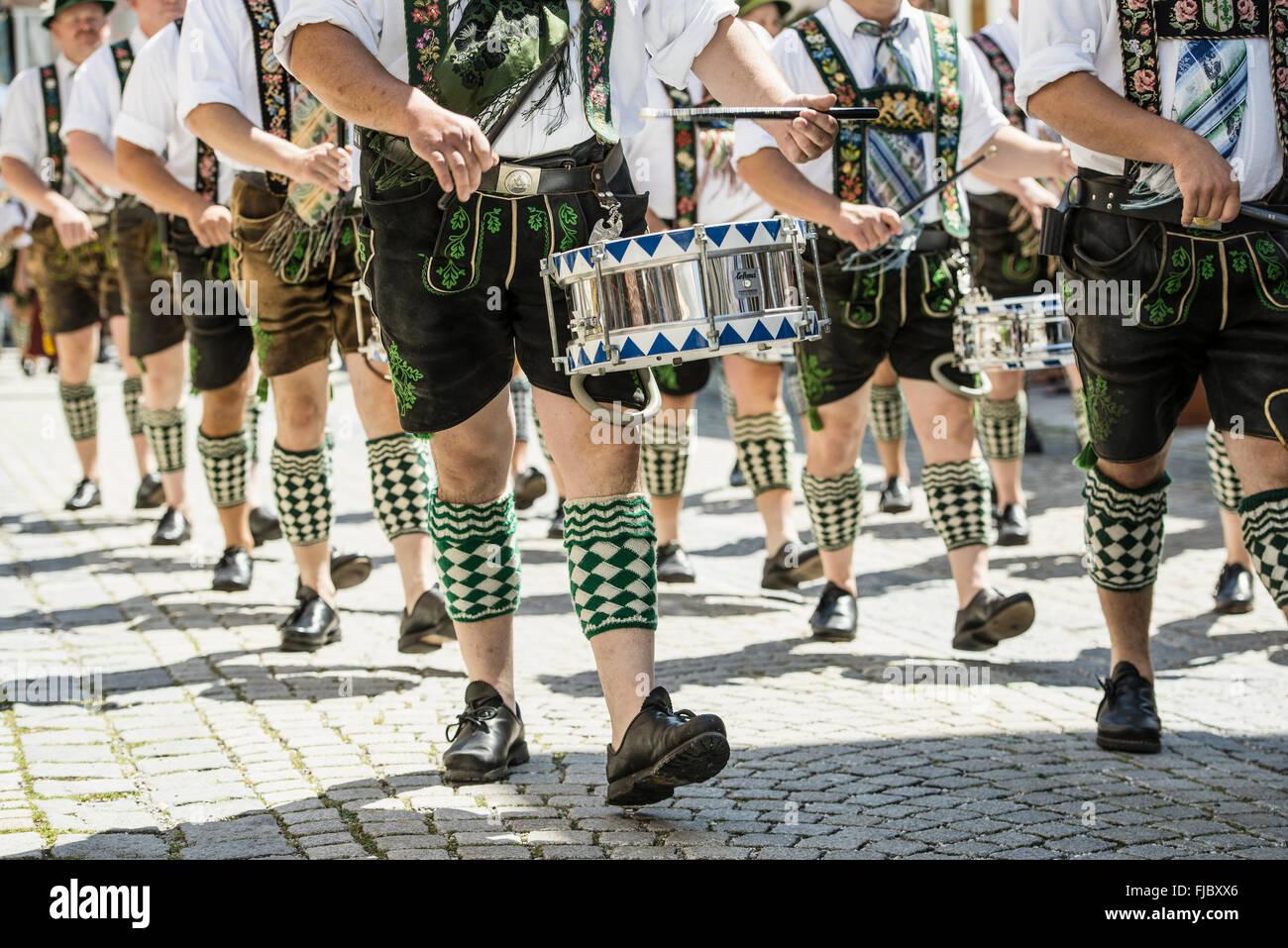 Parade Marching Band, tradizionale sfilata in costume, Garmisch-Partenkirchen, Alta Baviera, Baviera, Germania Immagini Stock
