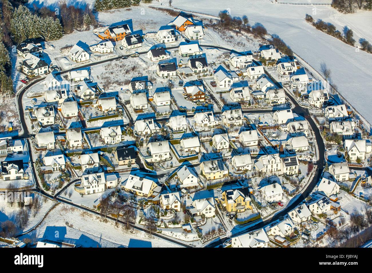Neubausiedlung, case, pianta circolare, in inverno con neve, Olsberg, Sauerland, Nord Reno-Westfalia, Germania Immagini Stock