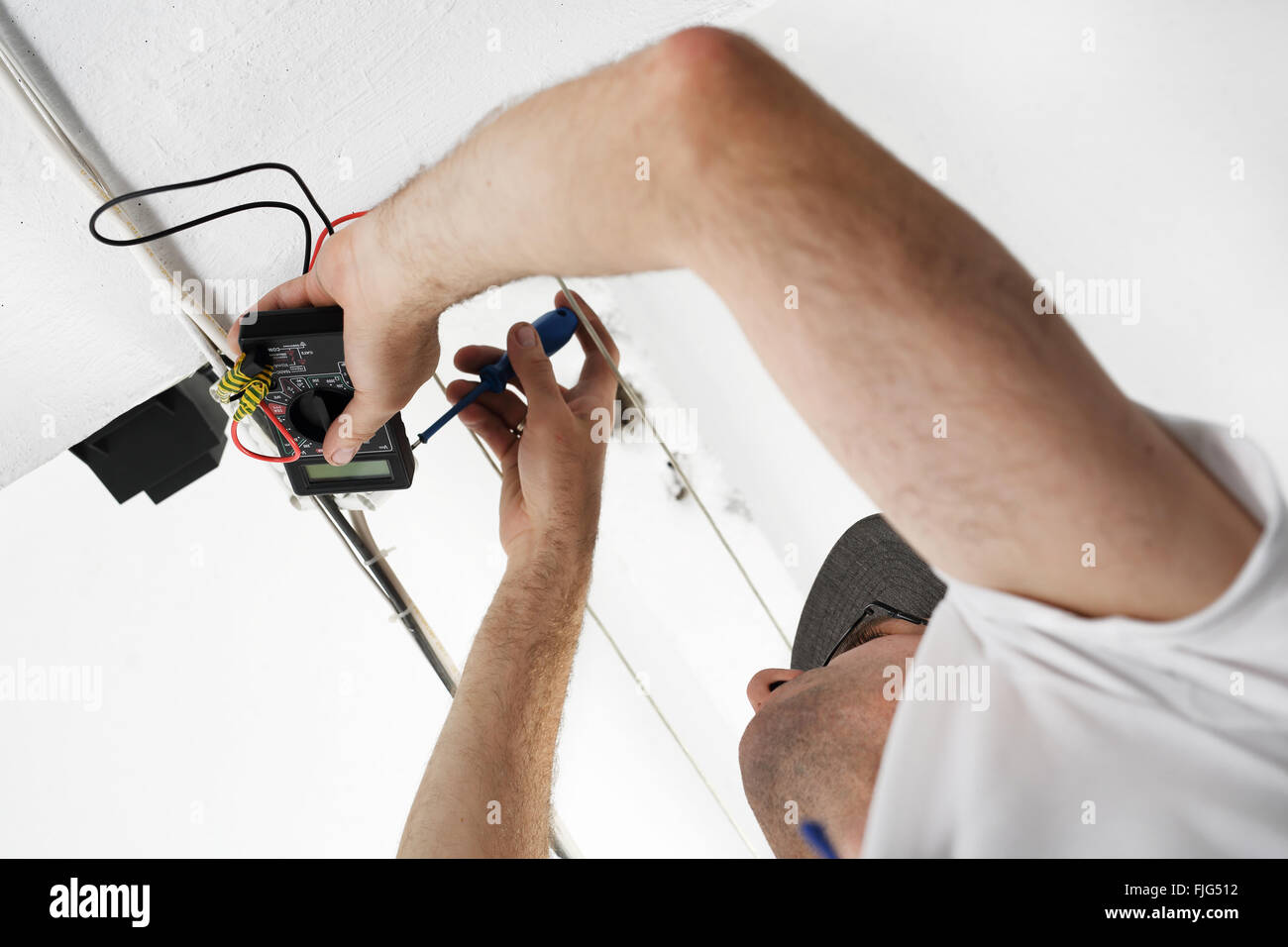 Elettricista. Installazione del cablaggio elettrico. La riparazione elettrica. Elettricista. Elettricista installazioni Immagini Stock