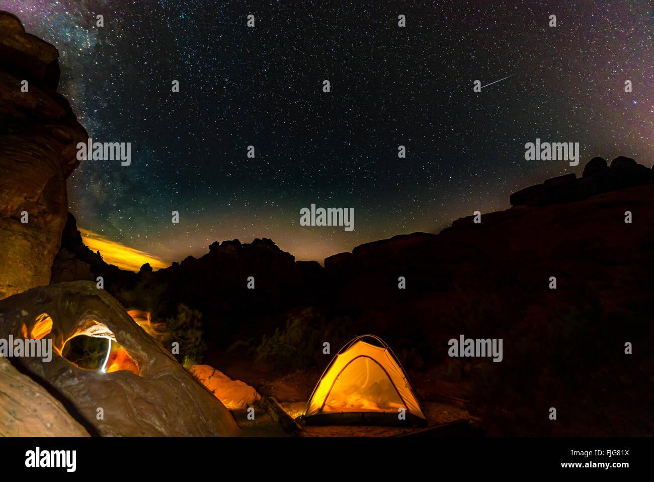 Tenda in un campeggio con cielo stellato sopra, scena notturna, Wildrose campeggio, il Parco Nazionale della Valle Immagini Stock