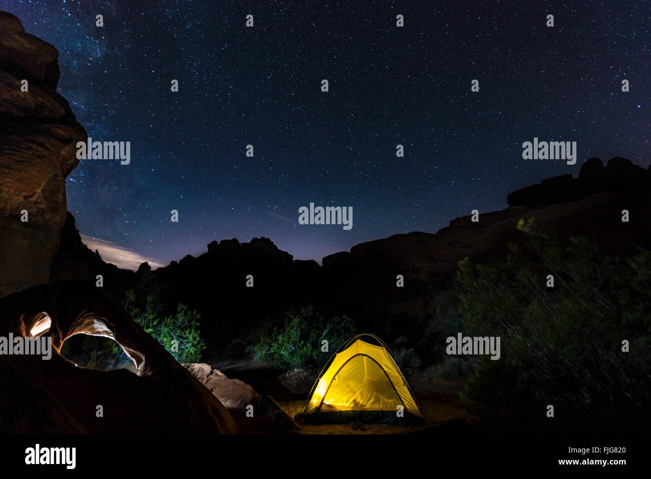 Tenda in un campeggio con cielo stellato sopra, scena notturna, Wildrose campeggio, il Parco Nazionale della Valle Foto Stock