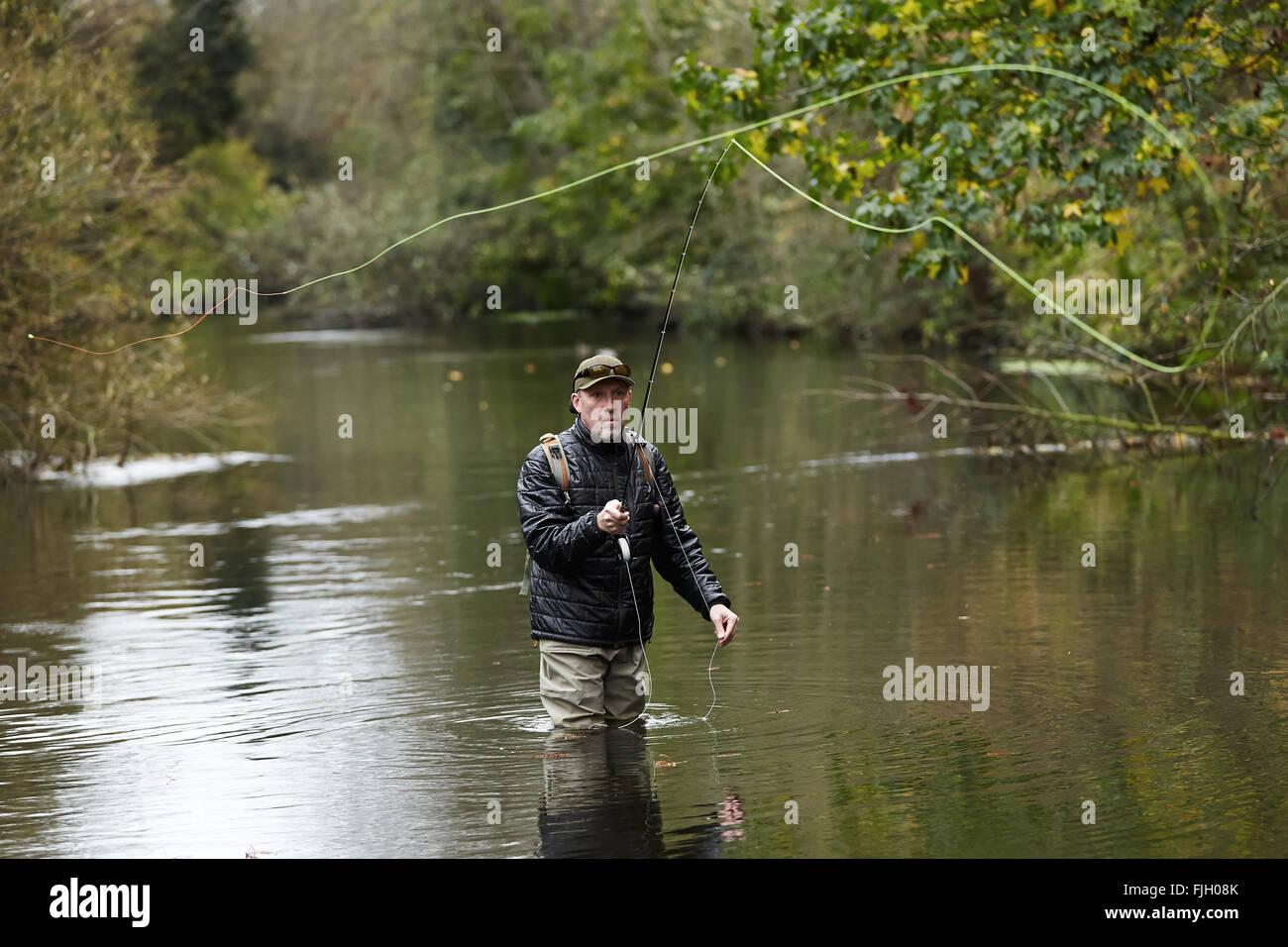 Un uomo di Pesca a Mosca Report di Pesca in un fiume - Londra, Regno Unito Immagini Stock