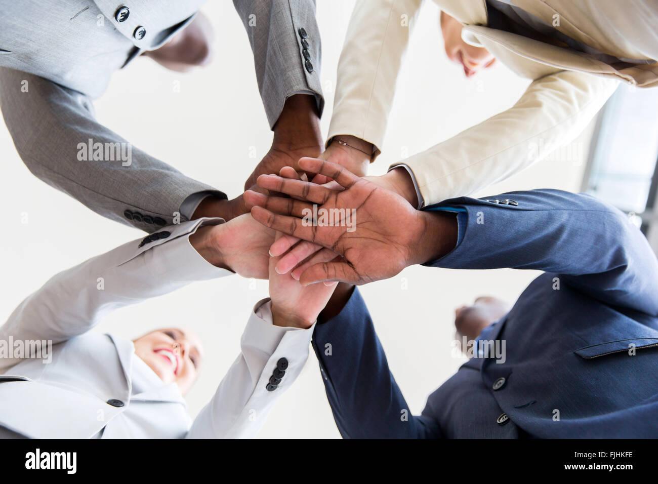 Al di sotto di vista della gente di affari le mani insieme Immagini Stock