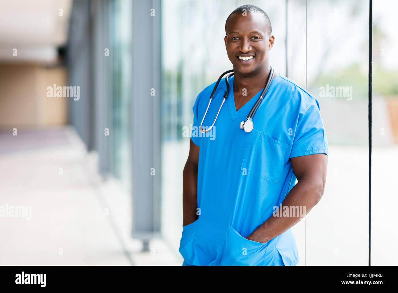 Ritratto di rilassata Afro American medico Foto Stock