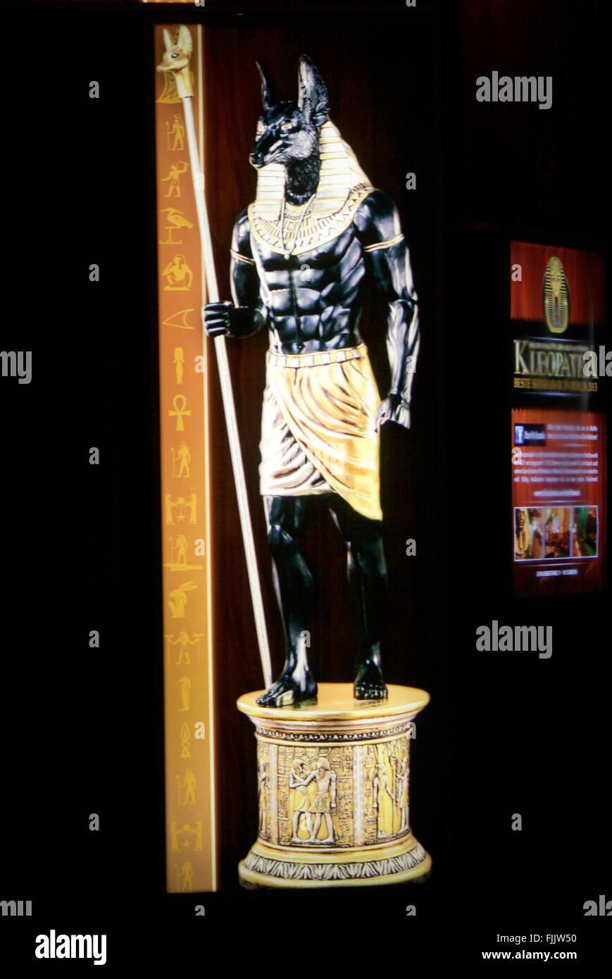 Leuchtreklame: altaegyptischer Gott 'Anubis', Berlino. Immagini Stock