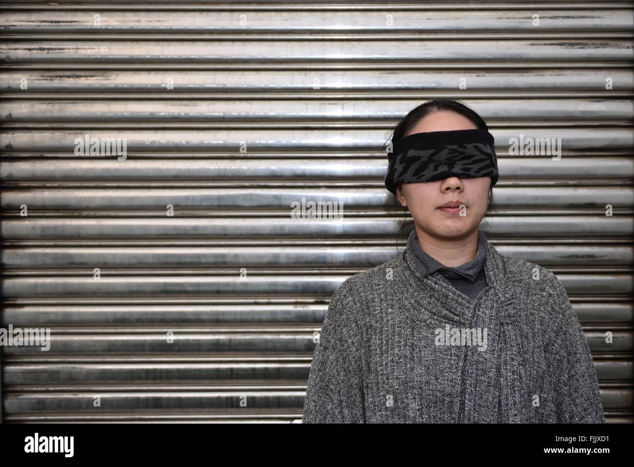 La donna gli occhi bendati Immagini Stock