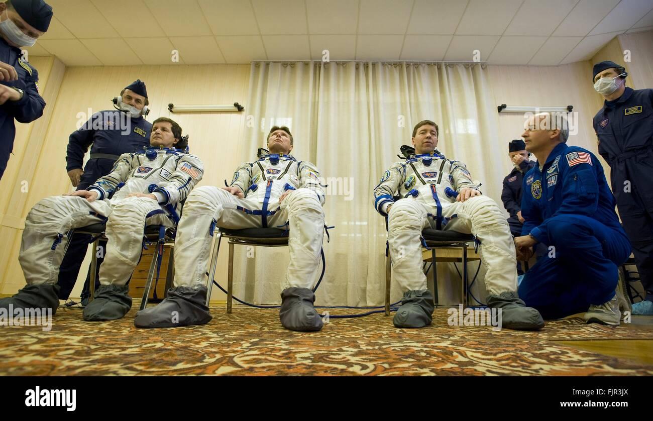 Stazione Spaziale Internazionale Expedition 19 NASA Membri di equipaggio durante il controllo della pressione delle Immagini Stock