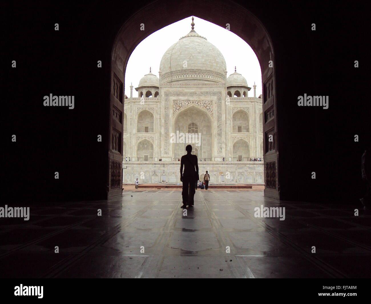 Persona in piedi ad Archway nella parte anteriore del Taj Mahal Immagini Stock
