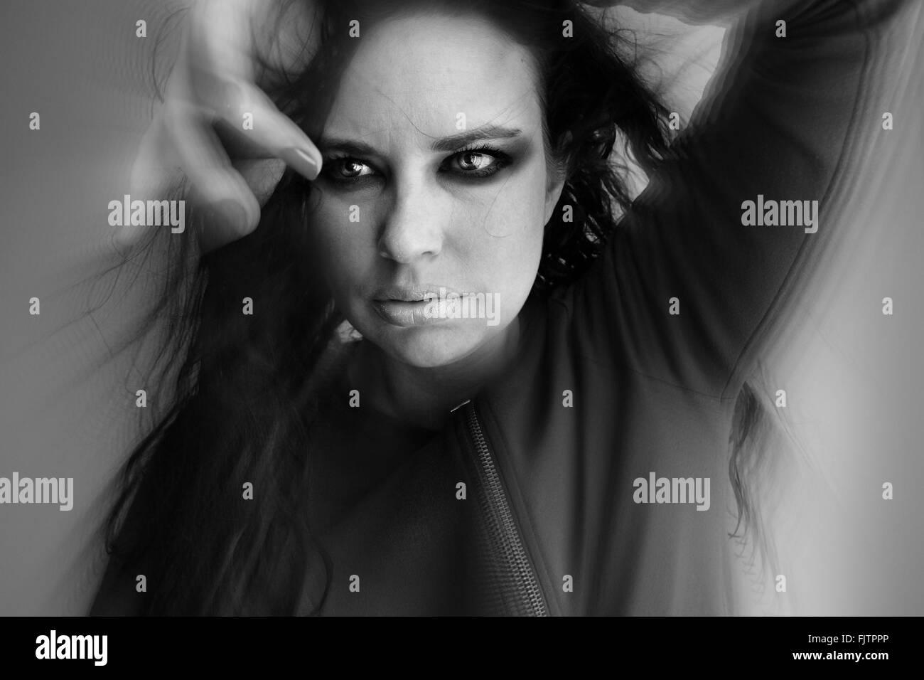 Vista frontale del modello di moda contro uno sfondo grigio Immagini Stock