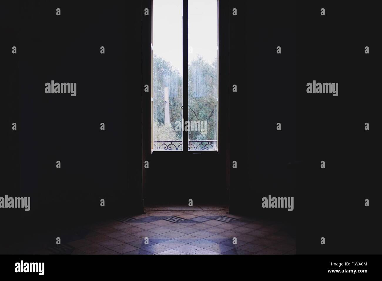 Interno vuoto con la porta di vetro chiusa Immagini Stock