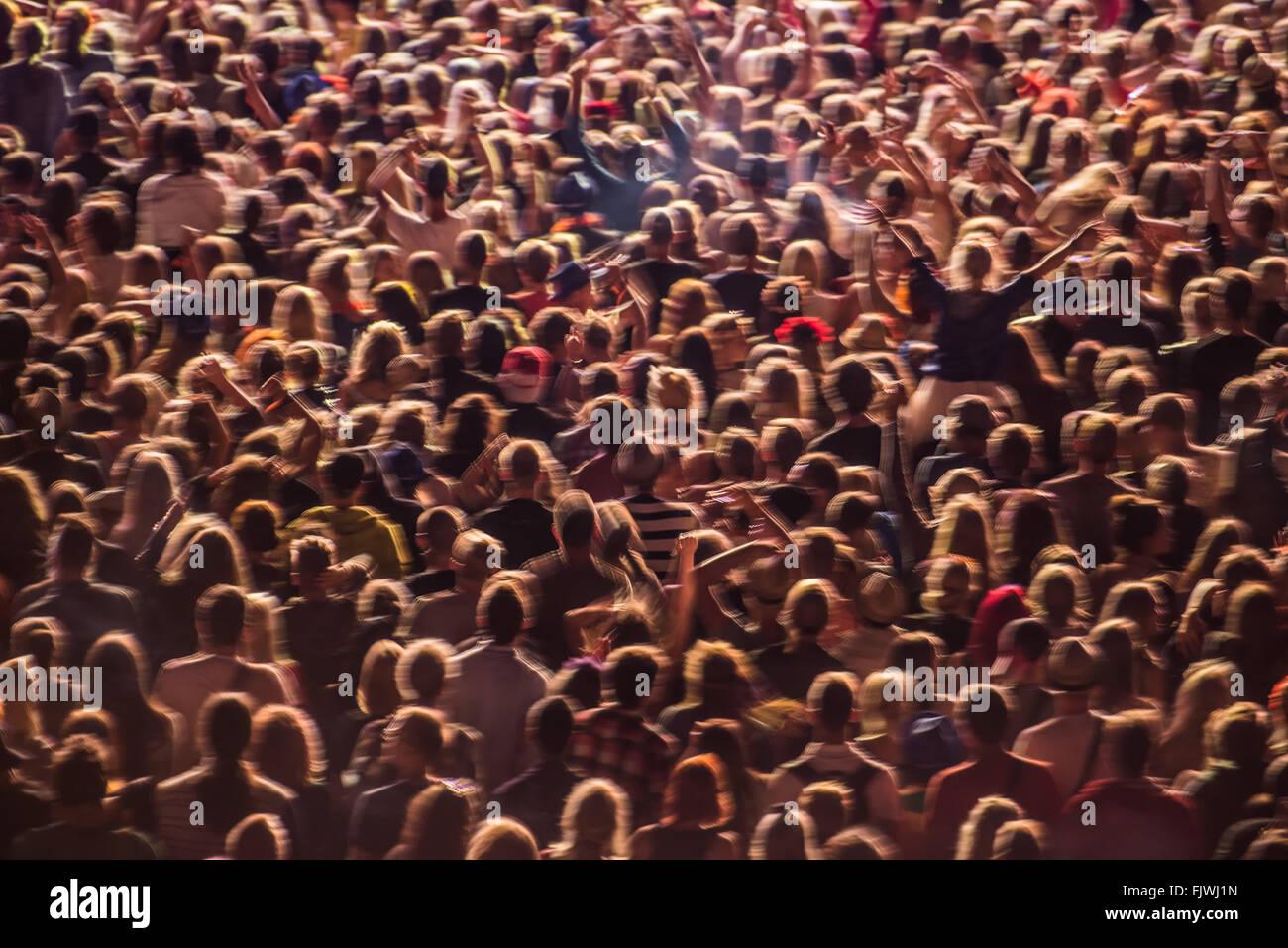Telaio completo colpo di persone all'evento musicale Immagini Stock