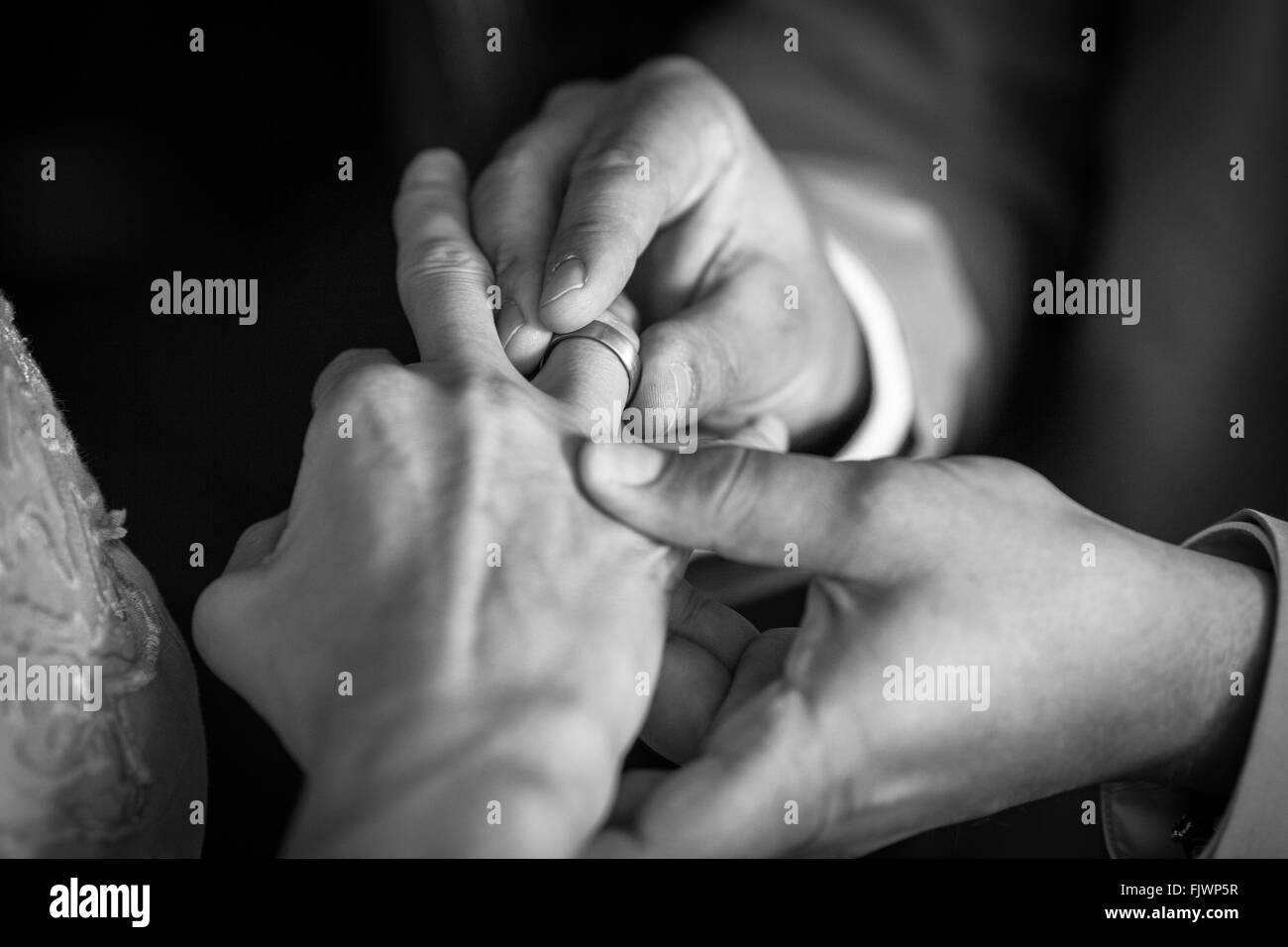 Sezione mediana dell uomo che indossa anello con donna Immagini Stock