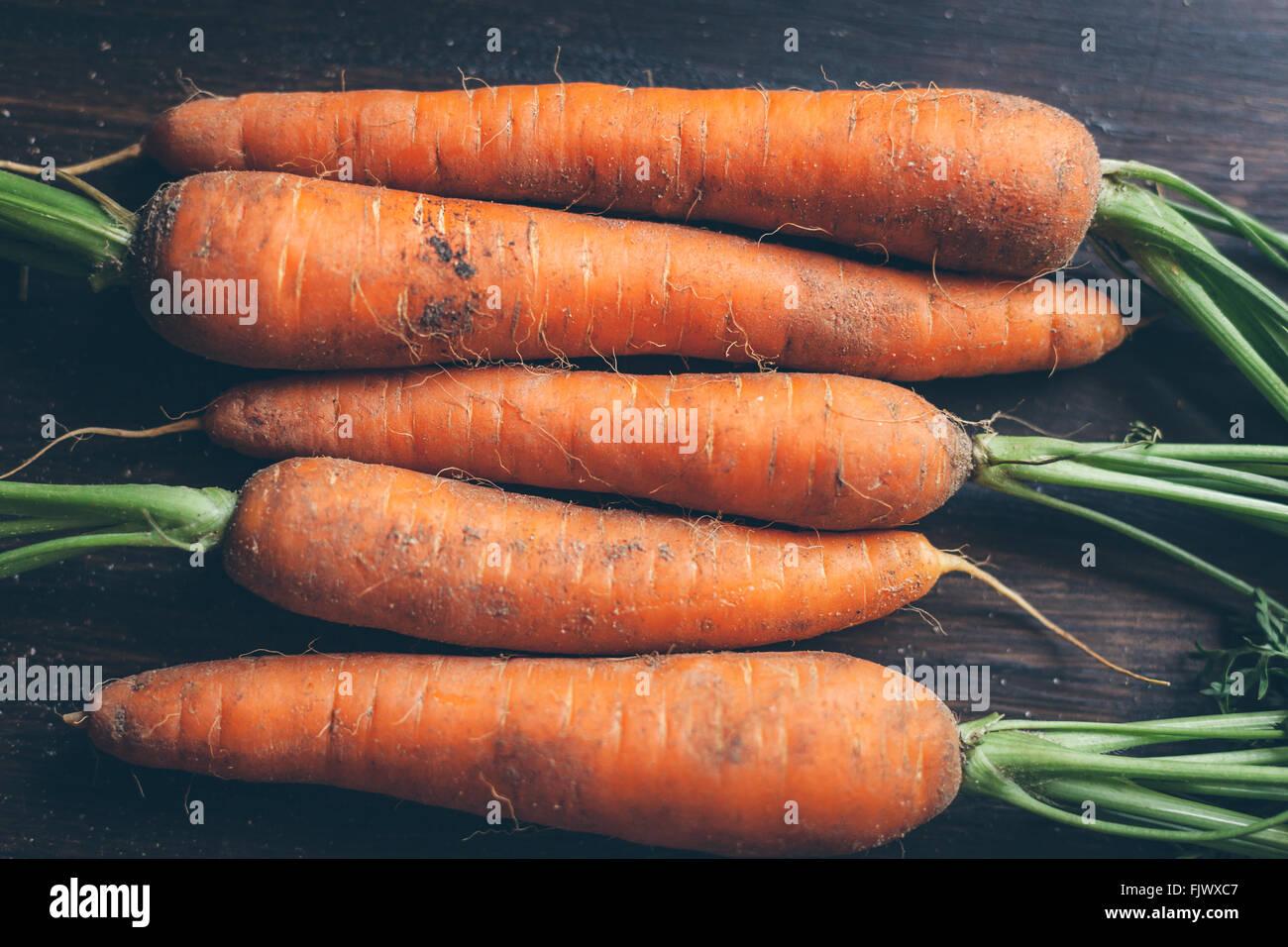 Angolo di Alta Vista di carote sul tavolo Immagini Stock