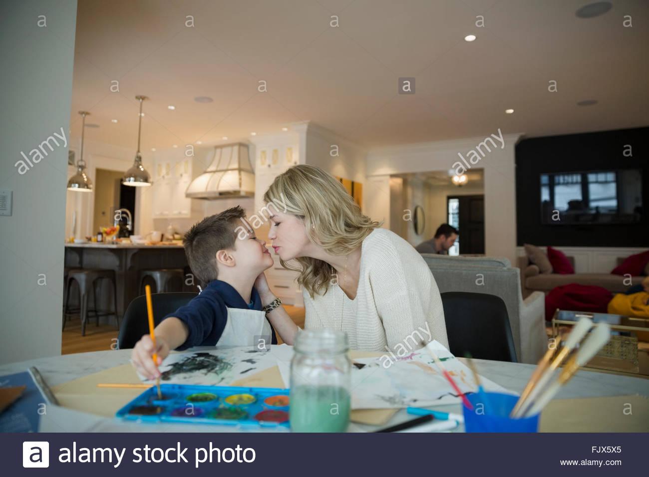 Madre baciare figlio di pittura ad acquerello a tavola Immagini Stock
