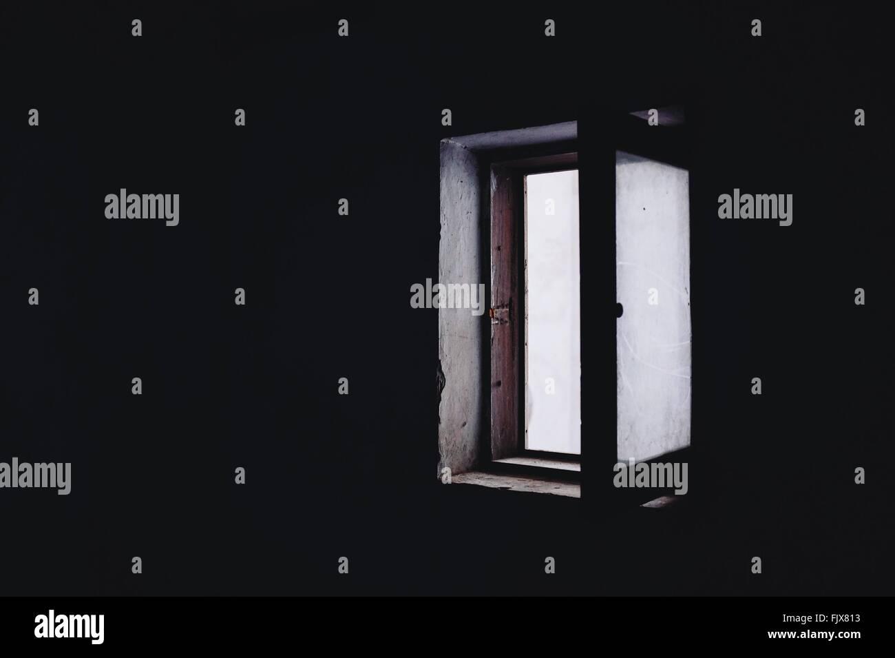 Aprire la finestra in camera oscura Immagini Stock