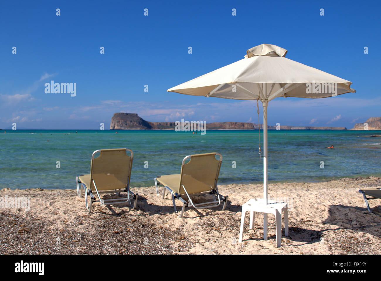 Sedie A Sdraio Per Spiaggia.Servizio Spiaggia Con Ombrelloni E Sedie A Sdraio Sulla Riva Del