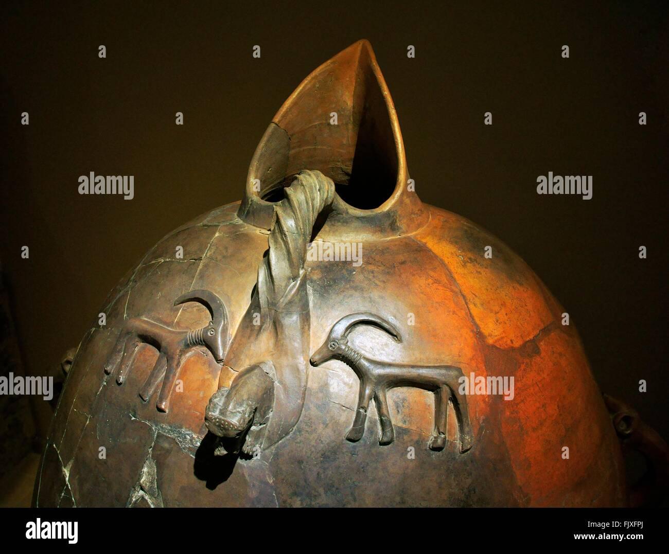 Grande becco insufflato in terracotta di storage pithos jar da Bogazkoy 16C BC. Museo delle Civiltà Anatoliche, Immagini Stock