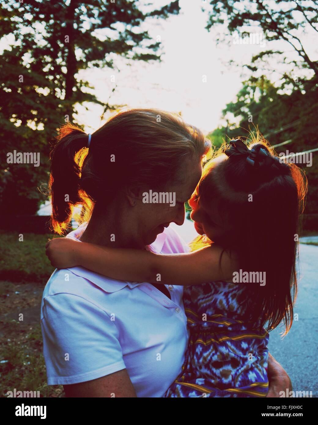 In primo piano della figlia abbracciando la madre Immagini Stock