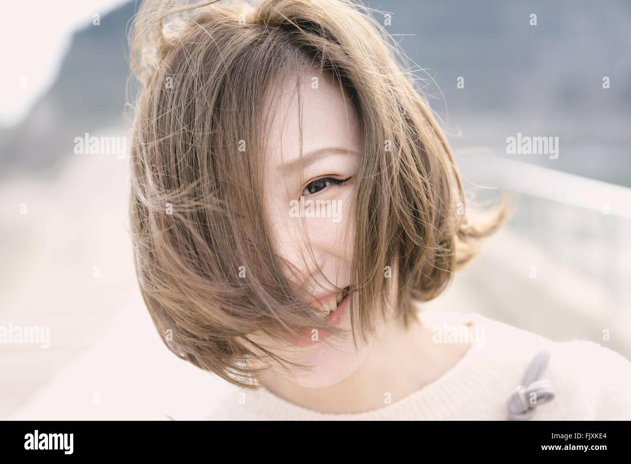 Ritratto di Felice giovane donna sul lungolago Immagini Stock
