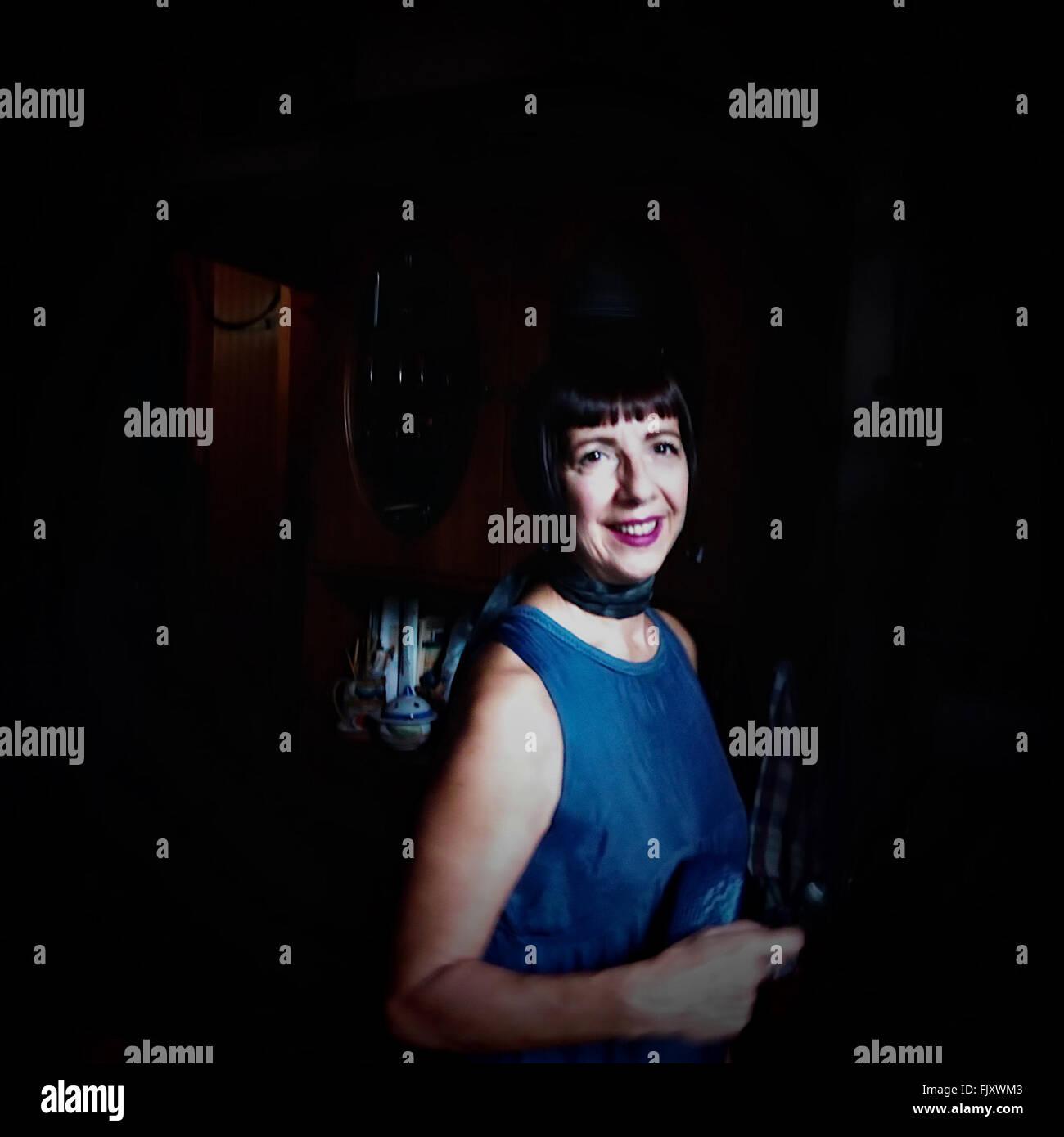 Ritratto di sorridere metà donna adulta in piedi in costruzione Immagini Stock
