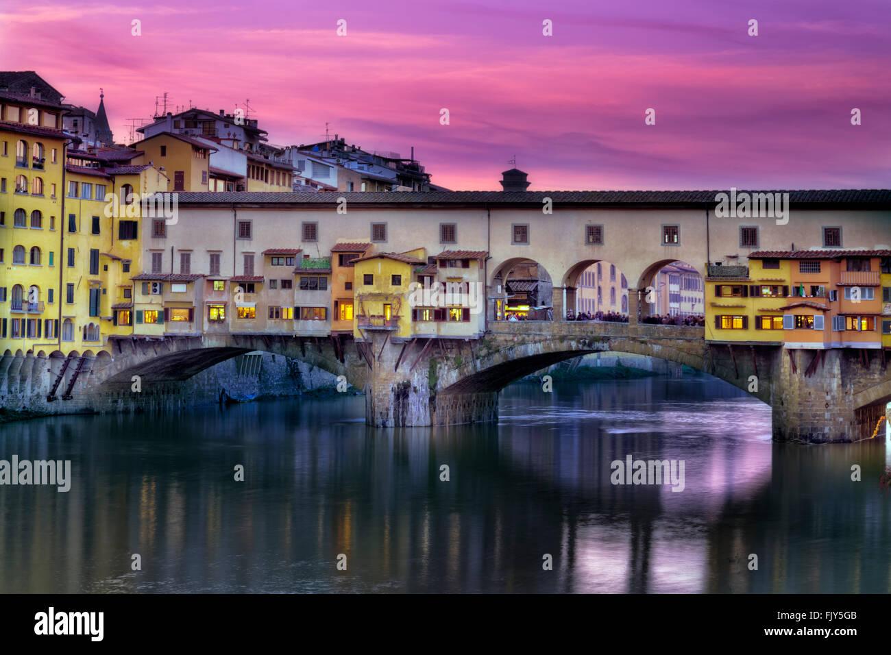 Bellissima e particolare colori crepuscolo in Ponte Vecchio. Firenze, Italia. Immagini Stock