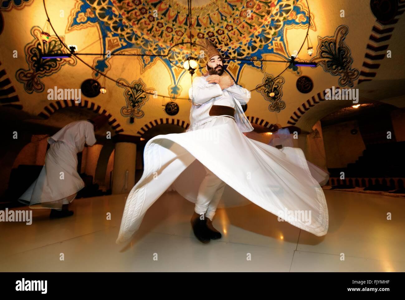 Tradizionale turco whirling Sufi dervish serata spirituale a dervis evi nella città di ortahisar, Goreme, Cappadocia, Turchia Foto Stock