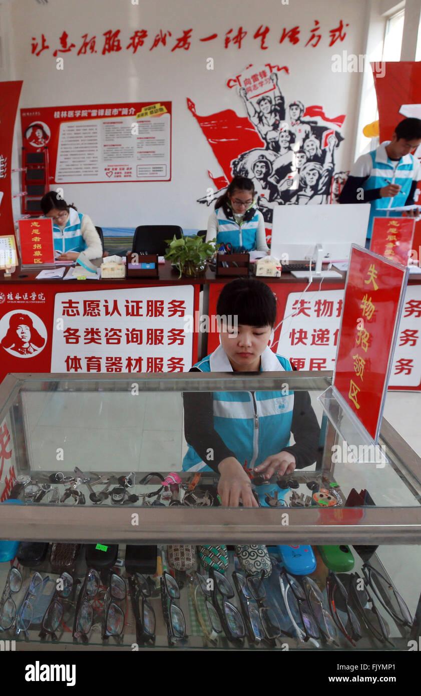 (160304) -- GUILIN, 4 marzo, 2016 (Xinhua) -- un volontario ordina fuori articoli smarriti a Lei Feng supermercato Immagini Stock