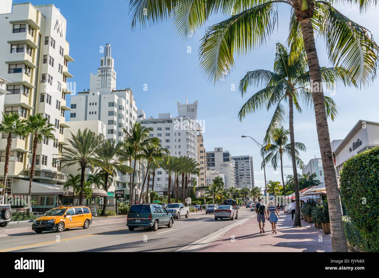 Traffico di persone e di veicoli su Collins Avenue a South Beach di Miami Beach, Florida, Stati Uniti d'America Immagini Stock