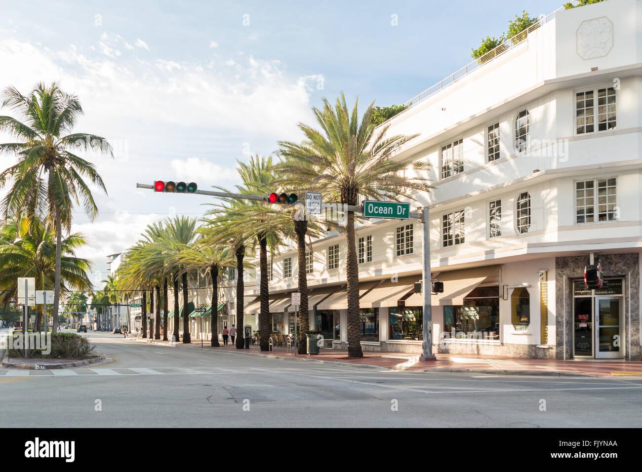 Visualizzazione angolo di Ocean Drive e la quinta strada a South Beach di Miami Beach, Florida, Stati Uniti d'America Immagini Stock