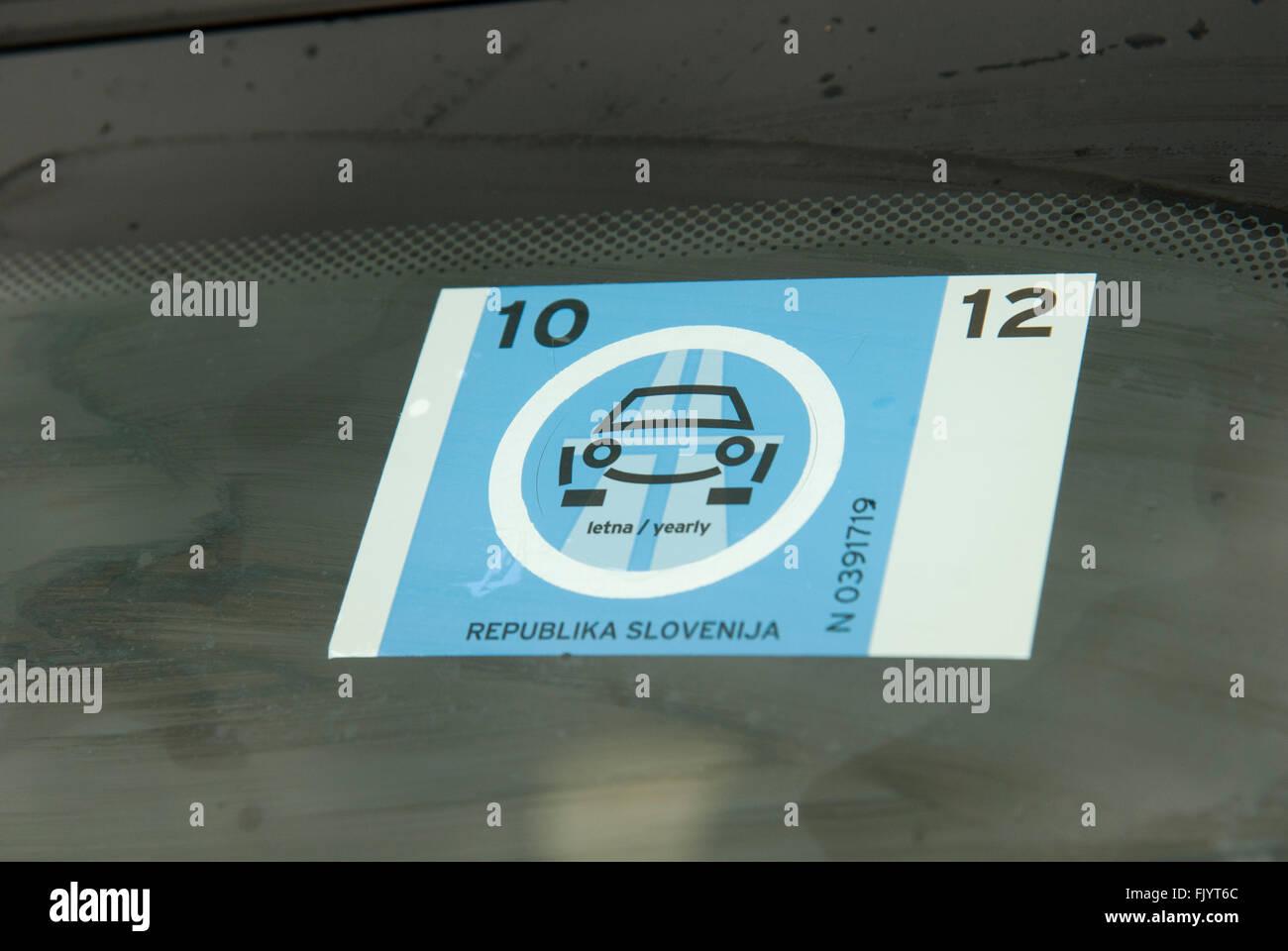 La Slovenia, vignette - che le automobili permette di viaggiare gratuitamente su sistema autostradale Immagini Stock