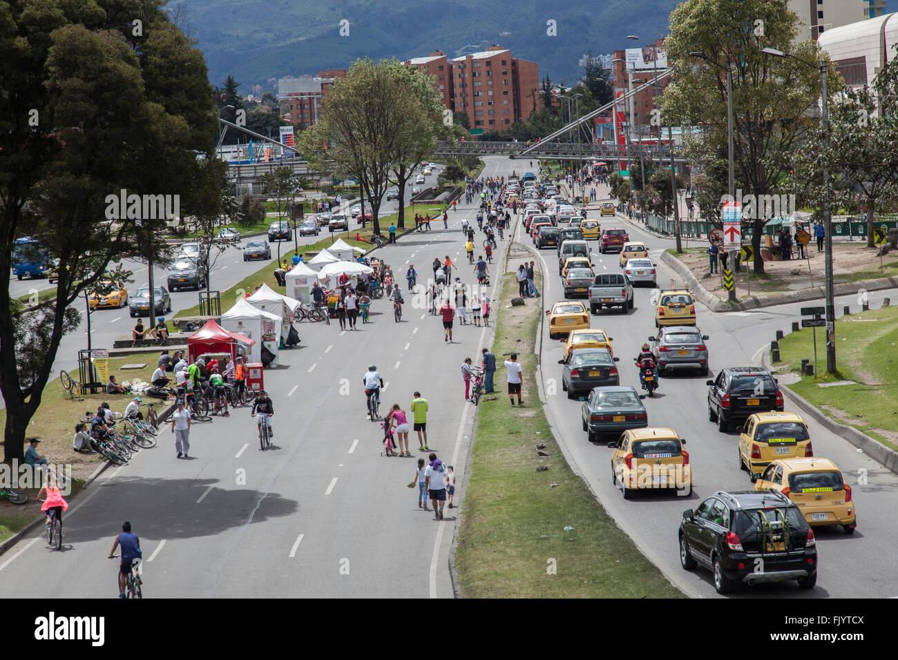 La domenica a Bogotà, Colombia alcune strade sono chiuse al traffico e utilizzata per il tempo libero quali Immagini Stock
